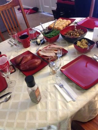 Siéntese la mesa para una cena deliciosa y disfrutar! : 3 gracias feliz.