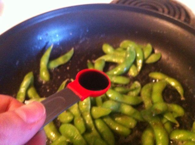 Añadir 2 cucharaditas. salsa de soja para edamame, revuelva.
