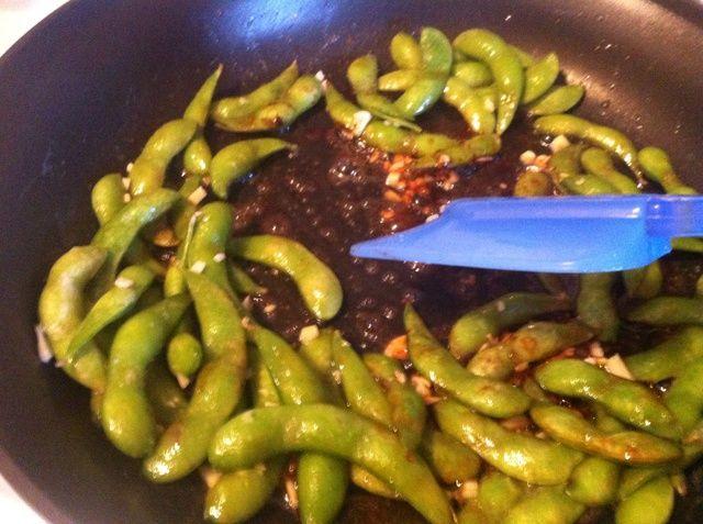Continúe revolviendo los ingredientes juntos hasta edamame y el ajo se cocinan completamente (2-3 minutos).