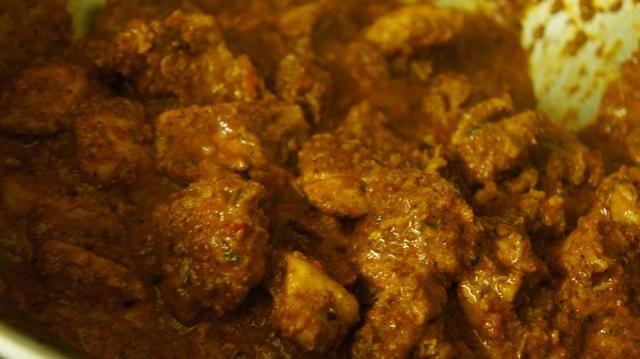 A continuación, añadir el contenido de masala con puré para el plato de pollo tierno luego cocinar durante al menos 15-20 minutos.