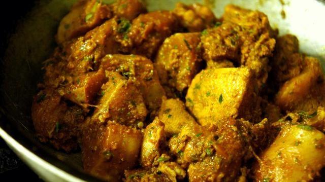 Necesidad para marinar pollo por al menos una hora en la nevera a continuación, añadir el pollo a la sartén y cocine hasta que el pollo se pone tierna.