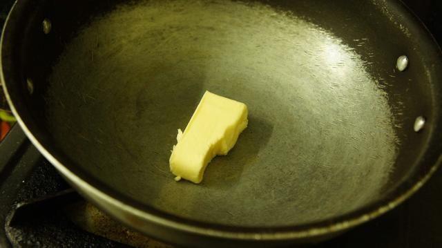 Tomar una sartén y añadir la mantequilla 1 tblspn