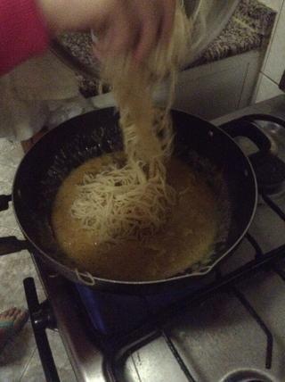 Mezclar en el espagueti cocido