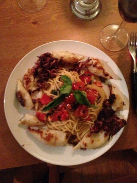 Cómo cocinar Capellini Con Fresh Squid y tomate Receta