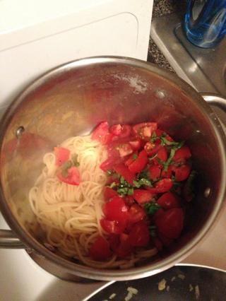 Cocine Capellini al dente y una vez listo, añadir los tomates, albahaca y sal (el uso de sal en la punta de la amoladora y mi favorito es la sal rosa del Himalaya, muy sabroso!). Mezcla