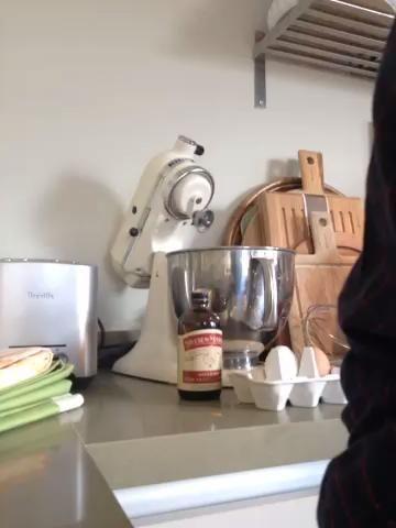 Agregue el 1 taza y 1/4 de taza de harina para todo uso