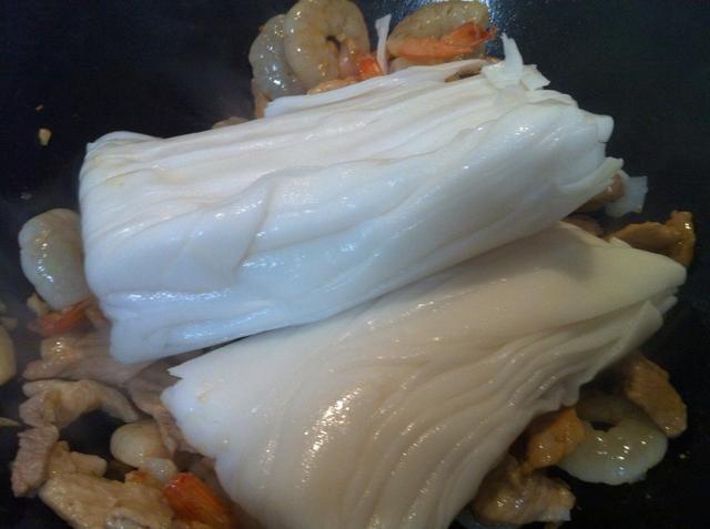 Añadir las gambas un cocinero por un minuto. Agregar los fideos frescos.