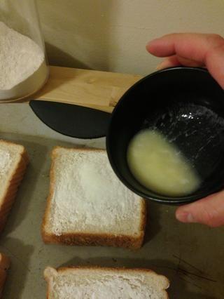 Añadir a partes iguales de mantequilla a cada rebanada. Ello's about 1/2 tsp per each slice.