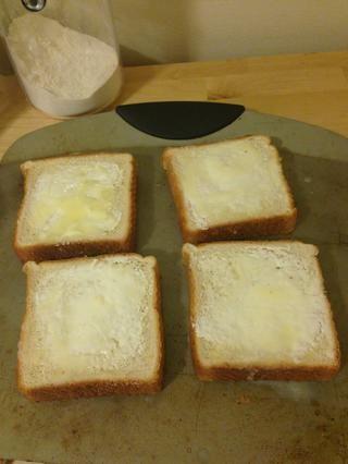 Asegúrese de extender la mantequilla uniformemente a través de cada rebanada.