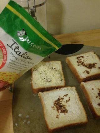 Agregue el queso italiano en la parte superior de cada rebanada. Puse alrededor 1 / 8c en cada uno.