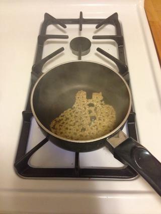 Cuando el aceite esté caliente, añadir 1 cucharada de ajo picado.