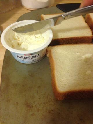 Pon las rebanadas tostadas en la sartén y difundir una tarde fina de crema de queso en cada rebanada. Ello's about 1/2tsp per slice.
