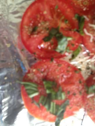 Añadir la albahaca de los tomates. Unas ramitas de cada pieza es suficiente. Me gusta esto
