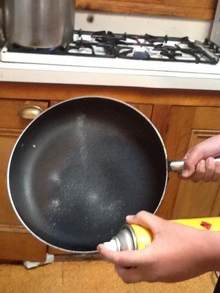 Rocíe el aceite de canola en la sartén.