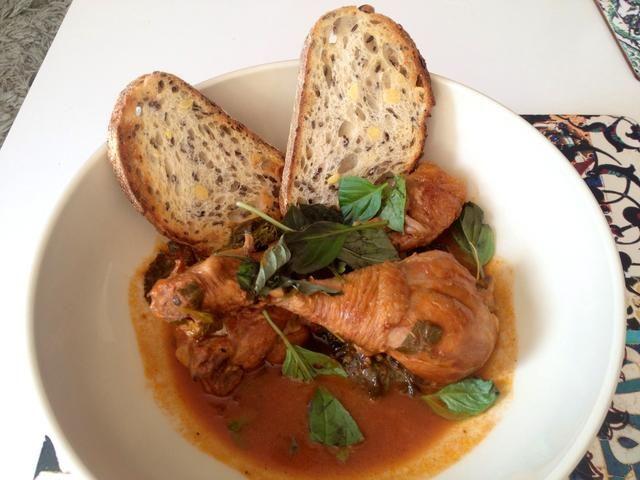 Adorne con hojas de albahaca y servir con pan crujiente o pasta. Bon Appetito!
