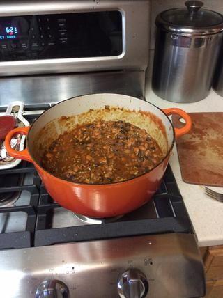 Añadir la lata de salsa de tomate. Revuelva para incorporar. El chili debe ser bastante líquido en este punto. Si parece en la parte más gruesa agregue el caldo de pollo o más cerveza.