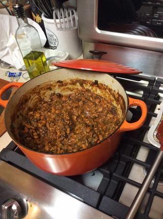 Retire del horno. Destape y revuelva. El chile debe ser agradable y gruesa en este punto. Pruebe y ajuste la sal y la pimienta al gusto.