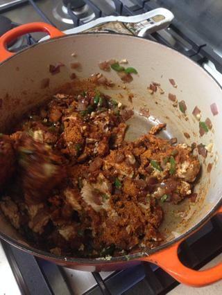 Añadir las dos paquetes de condimento para tacos a la sartén. Revuelva para incorporar. Una vez que el condimento es bien mezclado con el pollo, tapar y cocinar a fuego medio durante unos 5 a 10 minutos.