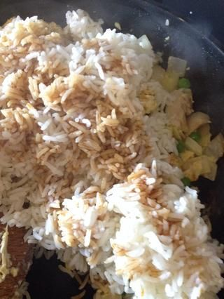Añadir el arroz y 2 cucharada de salsa de soja