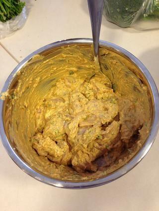 Añade tus muslos de pollo cortadas primero y luego insertarlo en tu pinchos de bambú, carne, algunas verduras, más carne, más verduras y, finalmente, más carne ... Es cualquier variación de eso!