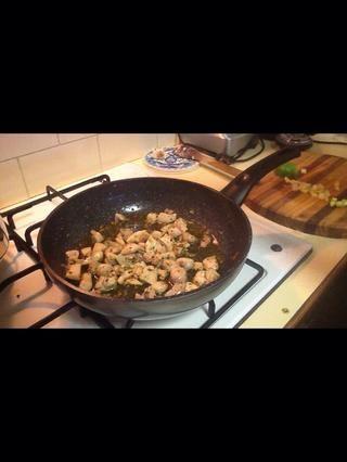 Calentar una cucharada de aceite de oliva en una sartén y añadir poco a poco el pollo. Una vez cocido añadir a una sartén a fuego lento. Añadir la manzana al pollo cocinado luego apretar en la mitad de su cal y garantizar la cobertura de la carne