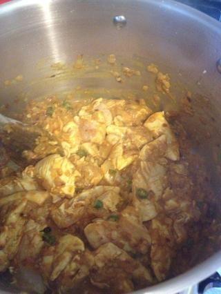 Añadir 50 ml de agua y el pollo y cocine por 2-3 minutos