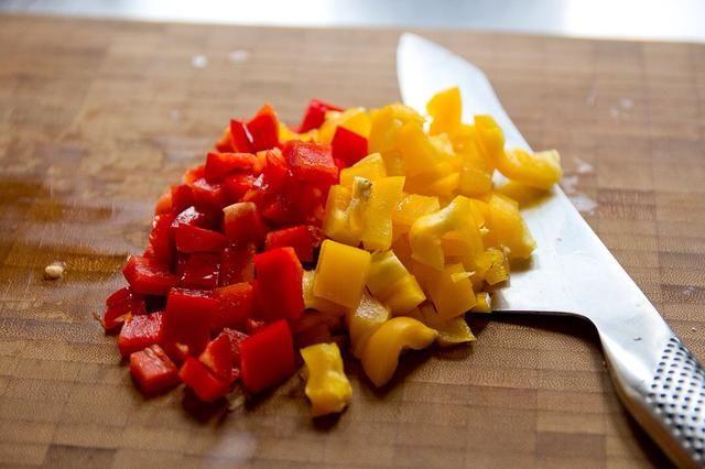 Mientras que la cáscara está en el horno, dados sus pimientos.