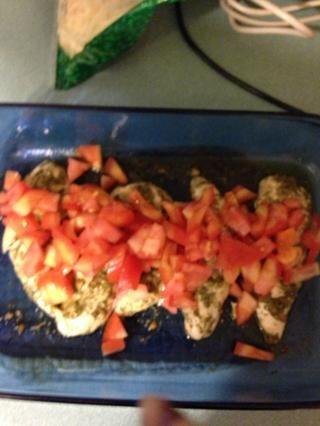 Cubra con los tomates cortados en cubitos. O puede rematar con rodajas de tomate.