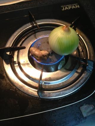 Grill los aromáticos (jengibre y cebolla) hasta que esté un poco quemado en el exterior. Luego enjuague para limpiar la capa de carbono.