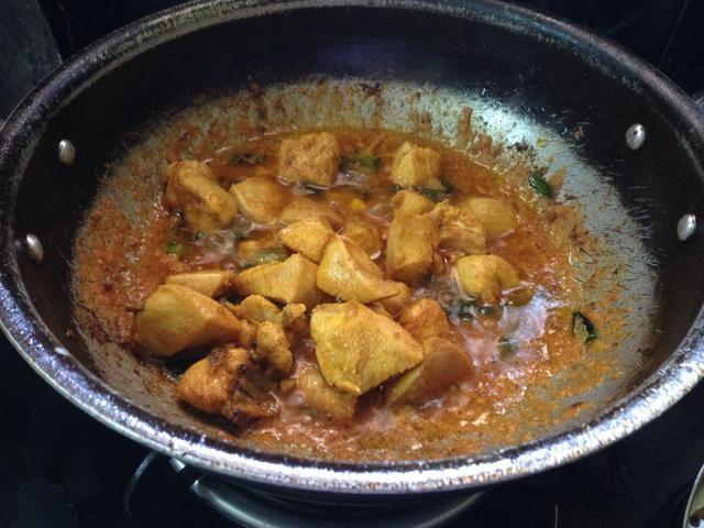 A continuación, añadir los trozos de pollo frito a ella ...