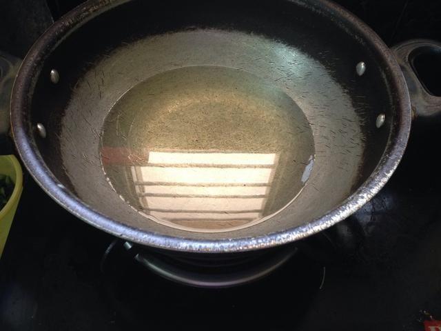 Calentar el aceite para freír de cebollas y pollo ...