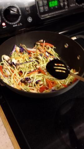 Agregar las zanahorias y repollo a la sartén. Revuelva freír durante 90 segundos.