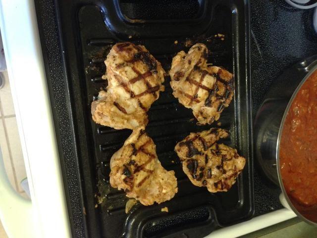 Cepille una parrilla y cocinar el pollo 5 minutos por cada lado hasta cocinado. Resto de pollo durante 5 minutos y cortar a morder pedazos de tamaño.