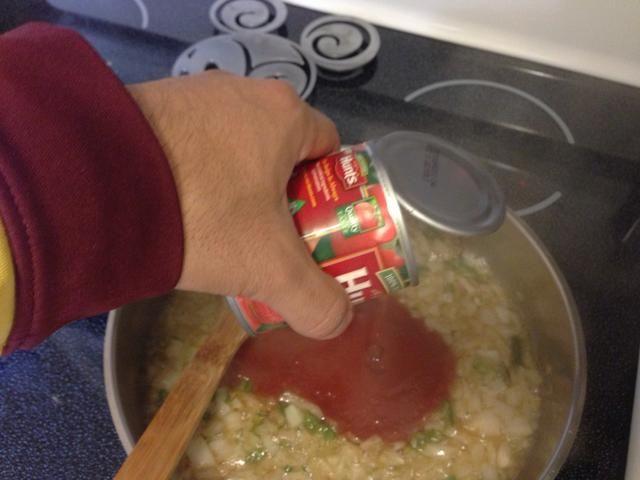 Mezcle la salsa de tomate, crema, sal y cayanne.
