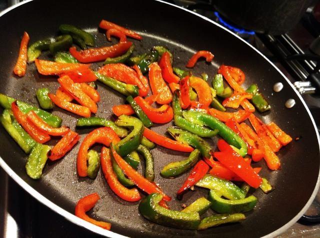 Para añadir un poco de crisis de la parada de comida cocinar los pimientos cuando empiezan a dorarse ..