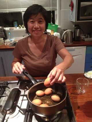 Ponga los huevos en agua fría y luego hervir bajo fuego lento con una pizca de sal y chorrito de vinagre, que tira la capa de cera del huevo. Haga esto durante 25 - 30 minutos.