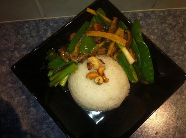 Espolvorear los anacardos fritos. Servir con arroz jazmín vapor. Tanto setas y los hongos son un gusto adquirido. Si no te apetece sustituir con setas frescas.
