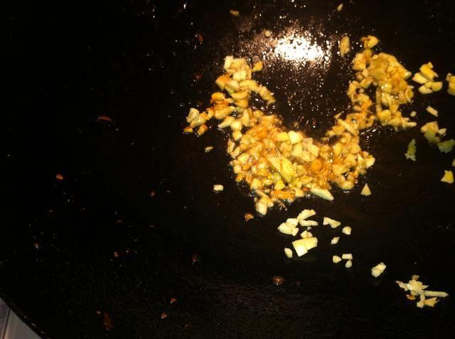 Añadir el aceite de sésamo en el wok y añadir el ajo picado. Cuando el ajo es fragante .....