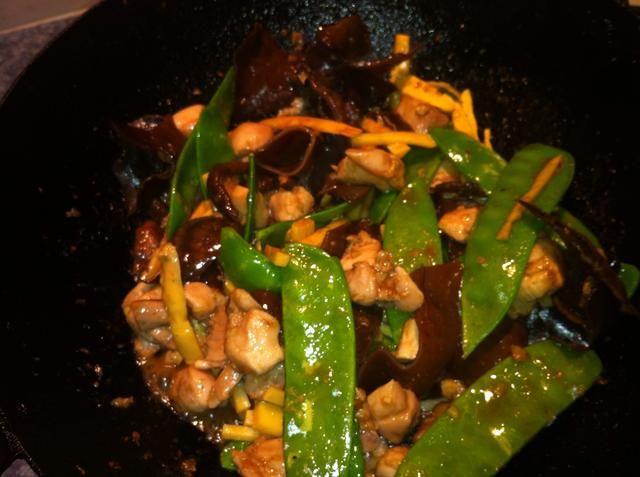 Ahora agregue la salsa de soya light equilibrio, salsa de ostras y Xing Shao vino. Cocine durante 1-2 minutos en alto. Sabor. Ajuste con salsa de soja y azúcar si es necesario.