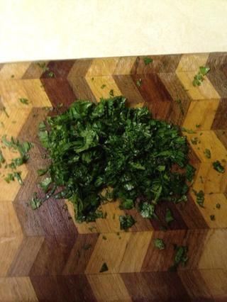Picar las hojas de cilantro. Me gusta tener una mezcla de hojas finamente picadas a semi-picado.