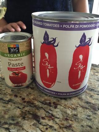 1 lata grande de tomates San Marzano trituradas, 3/4 lata de pasta de tomate