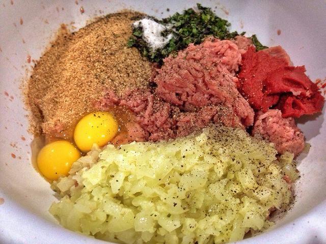 En un tazón grande, combine todos los ingredientes excepto la espinaca, ricotta, el jugo de limón / cáscara, y los espaguetis. ¡Prepárate para ponerte sucio! Cavar sus manos y aplastarlo hasta que estén bien combinados.