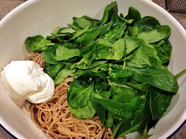 Mientras tanto, en un tazón grande, combine cocida y los espaguetis, espinacas, jugo de limón y la ralladura, el agua reservada de la pasta y queso ricotta drenado.