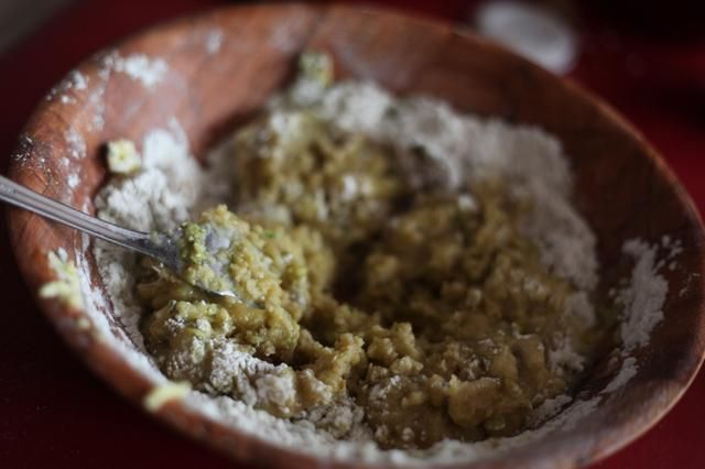 Ahora debería empezar a estar recibiendo una mezcla pegajosa que puede agregar más mantequilla o harina hasta obtener ....