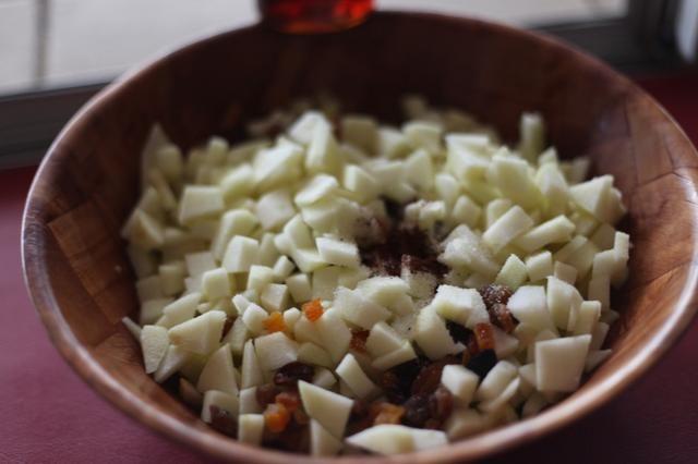 Añadir las manzanas, clavo de olor molido y mezcla de sultana ...