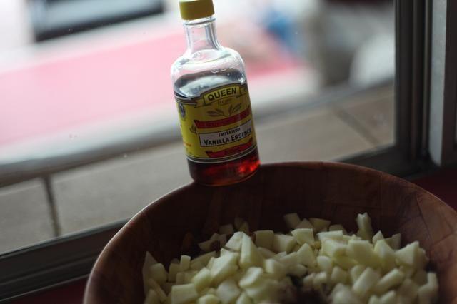 Ducha su mezcla de manzana con la esencia de vainilla. Incluso el falso barato va a hacer. Se hace el truco