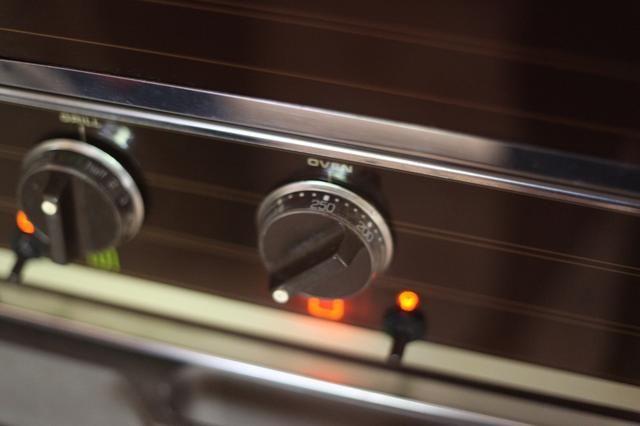 Precaliente el horno a 200-250 grados.