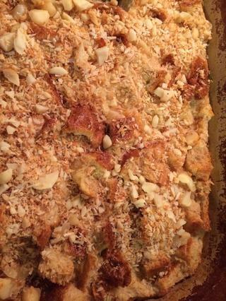 Espolvorear el resto 1/3 de nueces tostadas más de budín de pan. Disfrute con crema batida, helados, o ambos.
