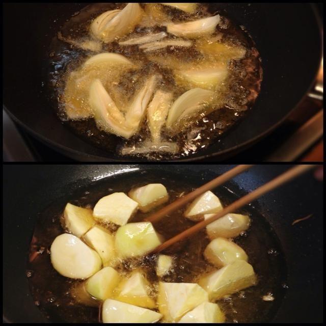 En otra sartén, cebolla freír y patatas.
