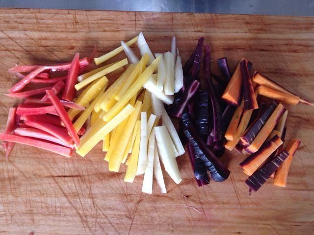 Cortar las zanahorias en palitos